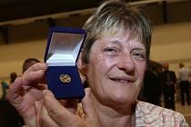 Eva Machová z Bechlína, čerstvá držitelka Zlatého kříže III. stupně, darovala za uplynulých 37 let krev při 86 odběrech. Ve svých dětech má dobré nástupce, kteří se pokusí ji napodobit.