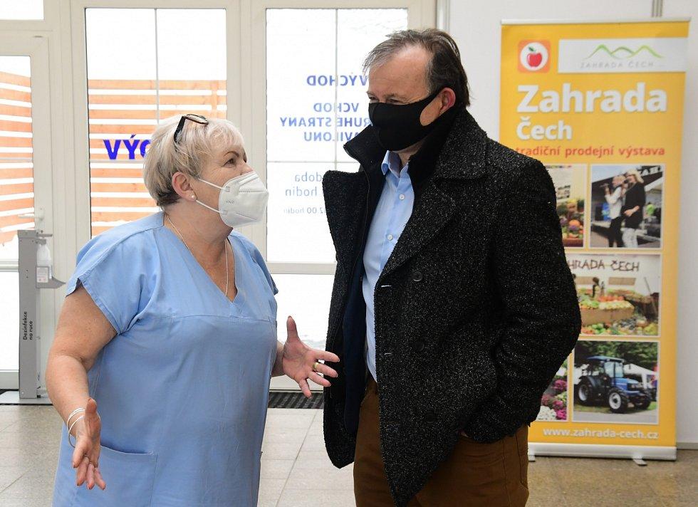 Koordinátorka očkovacího centra Hana Kuchařová na snímku s místostarostou Karlem Krejzou