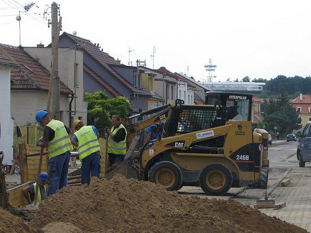 REKONSTRUKCE nevyhovujících vodovodních a kanalizačních řadů v úsecích roudnických ulic Horymírova, Krokova, Sámova a Neklanova, v délce 711 a 622 metrů, je velmi náročná. Měla by skončit do 31. října.
