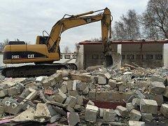 STARÁ LODĚNICE Klubu vodních sportů ve Štětí, poškozená povodní v roce 2013, je již minulostí. Těžké stroje ji demolovaly a odstranily. Na jejím místě se začne na jaře stavět loděnice nová.