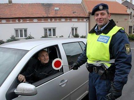 Třebenický strážník v pondělí zastavil i známého baviče Josefa Cardu, jenž v Třebenicích žije.