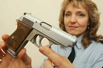 JEDNA Z PRVNÍCH ODEVZDANÝCH. Tisková mluvčí Policie ČR v Litoměřicích Alena Romová ukazuje revolver Walther PPK ráže 22. Takovou zbraň používala československá tajná služba v období před druhou světovou válkou.