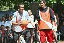 Oranžové hřiště u ZŠ Sady Pionýrů v Lovosicích navštívili basketbalisté české reprezentace Jiří Zídek a Tomáš Satoranský.