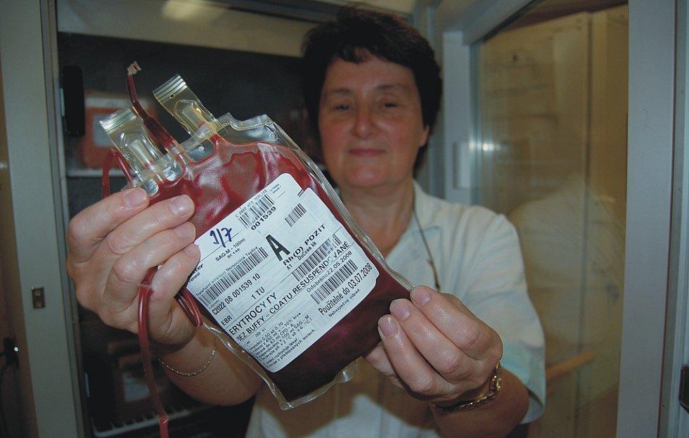 PŘÍMO Z LEDNICE. Laborantka Olga Koubíková z oddělení klinické biochemie a hematologie Městské nemocnice v Litoměřicích ukazuje krevní vak, v němž je připravena krev krevní skupiny A.