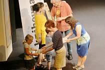 Vedoucí knihovny K. H. Máchy předal dětem z prvních tříd základních škol v litoměřickém divadle knihy