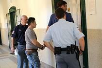 Muže obžalovaného z pokusu o znásilnění dvou žen vede eskorta do jednací síně Okresního soudu v Litoměřicích