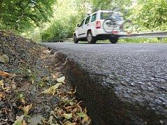 VYMLETÁ krajnice nyní ohrožuje řidiče na silnici z Litoměřic na Ústí nad Labem takzvaně přes kopečky.