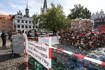 Množství vytříděných plastových lahví, obalů, tetrapaků a fólií, které obyvatelé města vytřídí zhruba za tři dny, představuje  plastová pyramida, která v pondělí vyrostla na Mírovém náměstí v Litoměřicích.