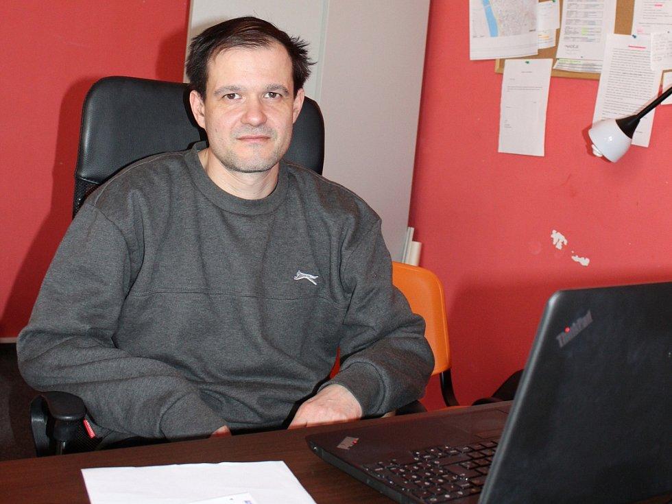 Zaměstnanec Naděje David Hájek.