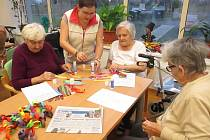"""Lidé s Alzheimerovou chorobou z terezínského Domova seniorů ANAVITA už pilně trénují """"Nesem vám noviny"""""""