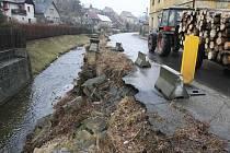 Opravu opěrné zdi Úštěckého potoka nařídil už v roce 2002 tehdejší Okresní úřad v Litoměřicích. Od této doby platí v inkriminovaném úseku dopravní omezení.