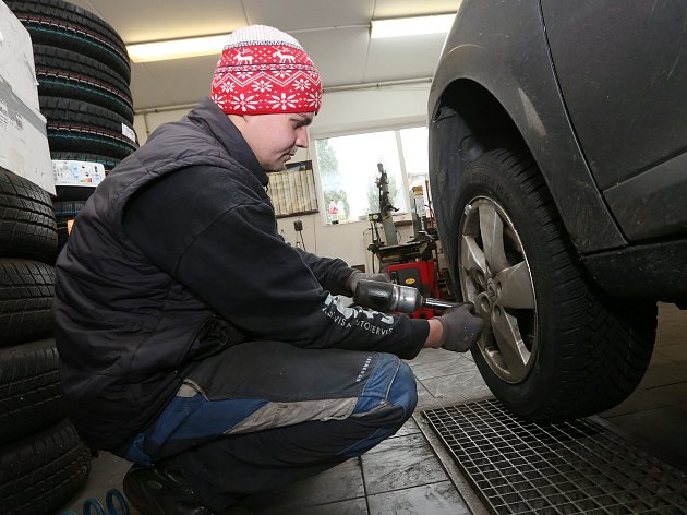 Přezouvání pneumatik v pneuservisu v Žalhostitcích.