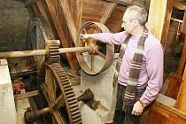 OTAKAR ŠAŠEK, majitel Luckého mlýna v Chodovlicích u Třebenic, chce jeho rekonstrukci, kterou započal před dvěma lety, příští rok dokončit.