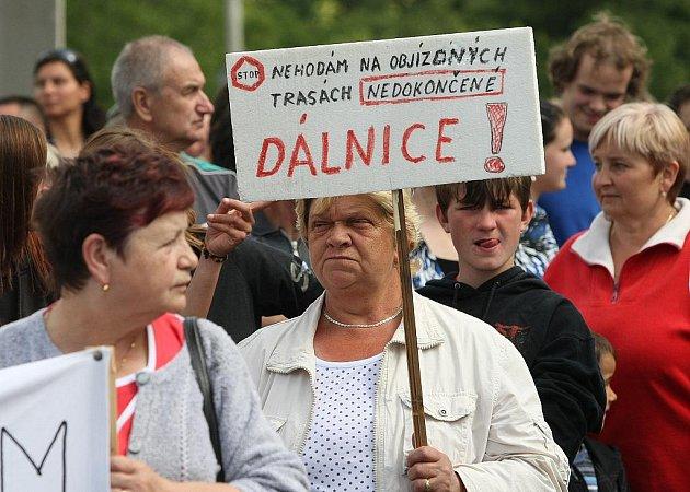 Protestní blokáda silnice ve Velemíně za dostavbu dálnice D8.