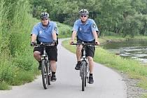 HLÍDKY NA KOLECH projíždějí v těchto dnech cyklostezky i ulice města. Policisté i strážníci kontrolují bezpečnost provozu.