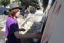 KULTIVACE SKATEPARKU. Akci s tímto názvem včera v parku pod Tyršovým mostem pořádali pracovníci Nízkoprahového zařízení pro děti a mládež. Spolu s dětmi místo uklidili a nabílili přilehlou zeď, kterou pozvaní sprejeři v pátek znovu pomalovali.