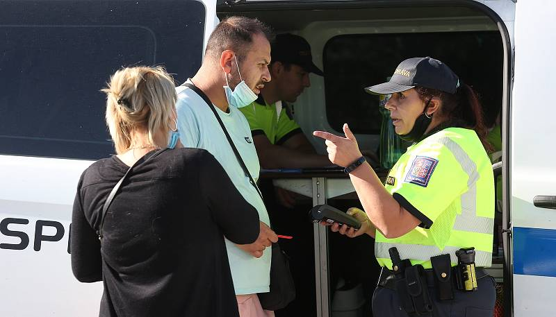 Na dálnici D8 proběhla kontrolní akce celní správy zaměřená na drogy, nelegální tabák či cigarety.