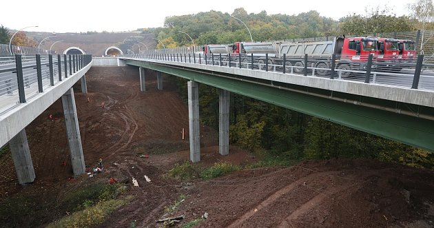 ZÁTĚŽOVÝ TEST. Zátěž téměř tří set tun se po mostě pohybovala po celý den. Stavbaři sledovali pohyb stavby. Odpoledne, po několika hodinách měření, byly hodnoty vnormě.
