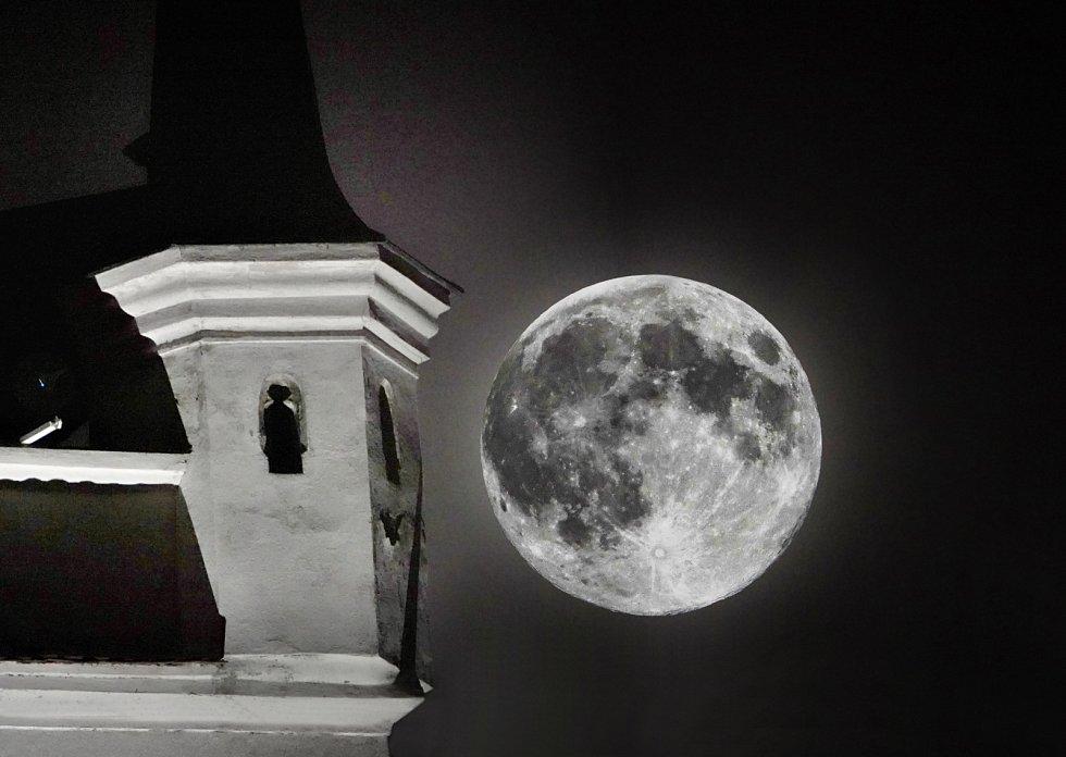 Superměsíční noc na litoměřickém náměstí u kostela Všech svatých.