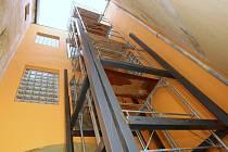 VE DVORNÍM traktu Knihovny KHM v Litoměřicích lze zatím spatřit pouze železnou konstrukci plánovaného výtahu.