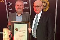 Ocenění převzal z rukou ředitele festivalu Aloise Srby jednatel pivovaru Richard Kirbs (vlevo).