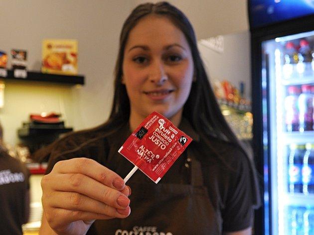 Obsluha kinokavárny představuje jeden znabízených produktů se známkou Fairtrade.