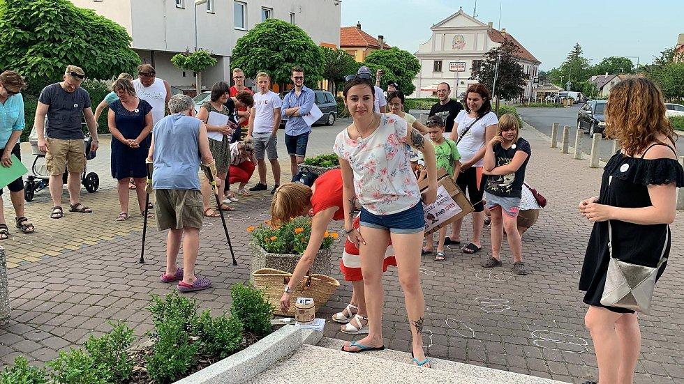 Lidé protestují proti Babišovi v Brozanech nad Ohří.