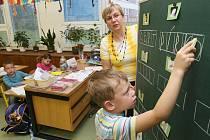 ČÍST I PSÁT se prvňáci učí nejprve velká tiskací písmena. Zbytek se naučí později.