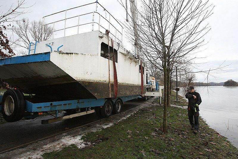 Velká voda na Litoměřicku - pátek 14. ledna 2011 - Litoměřice, úklid mola pro lodní dopravu.