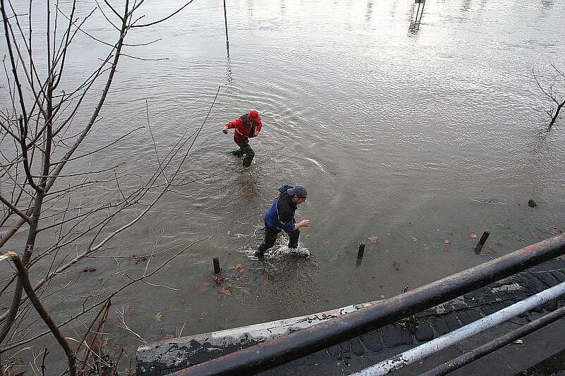 Velká voda na Litoměřicku - pátek 14. ledna 2011 - Litoměřice, Lodní náměstí - pokus o vyproštění buňky.