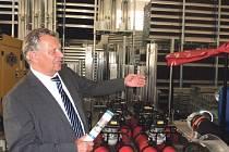 VE SKLADU. Bohušovický starosta Ivo Hynl ukazuje mobilní hrazení pro protipovodňovou zeď, které je uloženo v nově vybudovaném skladu za radnicí.