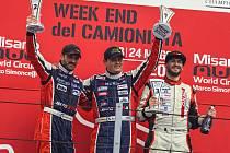 Adam Lacko (uprostřed) vyhrál před týmovým kolegou Davidem Vršeckým (vlevo).