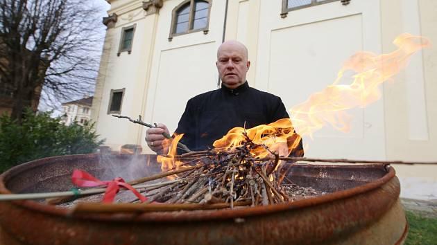 Kostelník katedrály svatého Štěpána v Litoměřicích Antonín Fegyveres pálí větvičky jívy