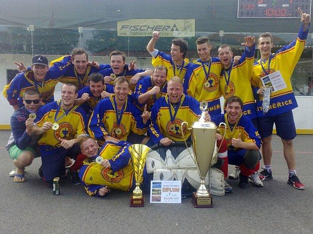 Litoměřičtí hokejbalisté se mohou těšit na nový povrch. Takto se vloni radovali z vítězství v Killers Cupu, který v domácí aréně vyhráli.