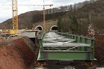 Pohled na nosnou konstrukci mostu mezi tunely