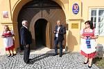 V Lukavci slavnostně otevřeli zrekonstruovaný zámek, který patří obci. Jsou zde byty a obecní úřad.