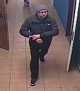 Litoměřičtí policisté hledají neznámého muže, který už vpolovině loňského prosince ze šaten sportovního areálu vRoudnici nad Labem odnesl cizí peněženky, platební karty a další věci.