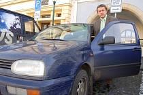 Jaroslav Tvrdík, jeden z litoměřických místostarostů, nasedá do služebního deset let starého Volkswagenu Golf, o který se dělí se svými dvěma kolegy, místostarosty.