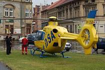 ZÁCHRANNÁ AKCE U SEVERKY. Vrtulník kvůli pacientovi přistál v pátek v Litoměřicích přímo na křižovatce.
