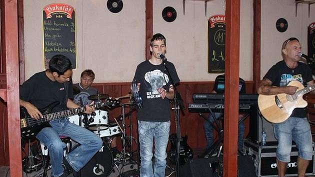Bedňáci vloni koncertovalil na zahrádce hospůdky V Limbu v Litoměřicích. Na stejném místě proběhne i křest druhé desky, a to 23.8.2014.