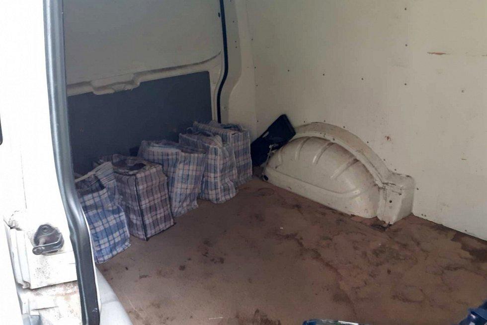 Celníci objevili v dodávce v Litoměřicích neznačené cigarety a tabák