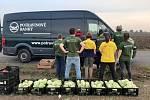 Sklady potravinové banky plní dobrovolníci také paběrkováním na polích spřízněných zemědělců. Pomáhají i řetězce