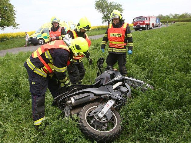 Dopravní nehoda motorkáře mezi Roudnicí a Rohatcemi.