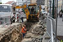 VÝKOPY částečně omezují parkování a dopravu na náměstí. Práce by měly být dokončeny do vinobraní, které se uskuteční 18. a 19. září.