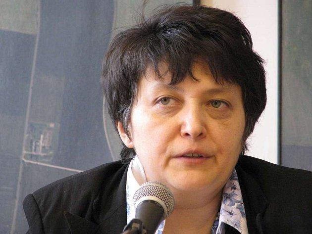 Ministryně Džamila Stehlíková při tiskové konferenci v Roudnici nad Labem.