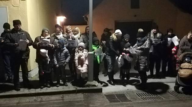 Adventní zpívání u stromečku v Úpohlavech si nenechalo ujít asi 35 lidí, dorazili i z okolních obcí.