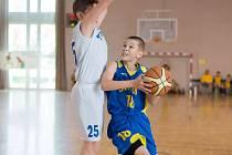POD KOŠEM se snaží prosadit jeden z mladých litoměřických basketbalistů.
