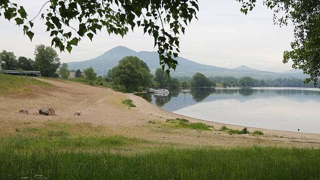 Z Lovosic k jezeru v Píšťanech by se lidé již v dohledné době mohli dostat pěšky či na kole přes lávku.