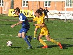 Fotbalisté SK Hrobce (v modrém) deklasovali litoměřickou rezervu.