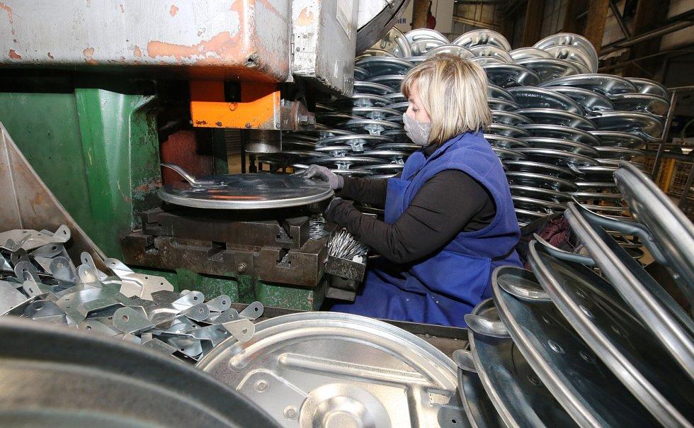 V roudnické továrně Meva vyrábějí popelnice, kontejnery, výbavu pro kempování, plynové vařiče a teplomety a také zdravotnické přístroje